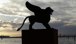 """Una estatua de un león, el símbolo del Festival de Cine de Venecia, en Venecia, 28 de agosto de  2012. La película argentina """"El Clan"""" y la venezolana """"Desde Allá"""" competirán en la edición 72 del Festival de Cine de Venecia en una lista repleta de estrellas y reconocidos directores, dijeron el miércoles los organizadores. REUTERS/Tony Gentile"""