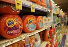 El detergente Tide de Procter & Gamble, vistos en una tienda Safeway en Wheaton, Maryland, 13 de febrero de 2015. Procter & Gamble Co, el mayor fabricante mundial de productos para el hogar, reportó el jueves la sexta caída consecutiva en sus ventas trimestrales, debido a que la fortaleza del dólar siguió pesando en sus mercados externos. REUTERS/Gary Cameron