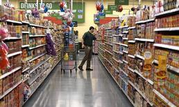 Una persona compra en un supermercado Wal-Mart, en Bentonville, Arkansas, 4 de junio de 2015. La economía de Estados Unidos se aceleró en el segundo trimestre, ya que una recuperación en el gasto del consumidor contrarrestó una floja inversión del gasto en equipamiento de las empresas, sugiriendo un impulso estable que podría acercar más a la Reserva Federal a un alza de tasas de interés este año. REUTERS/Rick Wilking