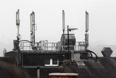 L'Arcep a autorisé les opérateurs télécoms Orange et SFR (groupe Numéricable-SFR) a réutiliser à partir de mai 2016 leurs fréquences 1800 MHz pour leurs services en 4G. La bande 1800 MHz est l'une des deux bandes de fréquences historiquement utilisées par les réseaux 2G. /Photo d'archives/REUTERS/Heinz-Peter Bader