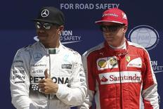 Os pilotos Lewis Hamilton (esquerda), da Mercedes, e Kimi Raikkonen, da Ferrari, durante o Grande Prêmio de Fórmula 1 do Canadá, em Montreal, em junho. 06/06/2015 REUTERS/Chris Wattie