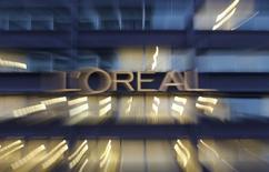L'Oréal est une des valeurs du CAC 40 à suivre vendredi à la Bourse de Paris, attendue en légère hausse en clôture d'une semaine de résultats d'entreprises. L'Oréal a publié jeudi des résultats semestriels en nette hausse, dopés par des effets de change positifs. /Photo prise le 12 février 2015/REUTERS/Christian Hartmann