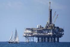 La dura realidad de un segundo hundimiento en los precios del crudo está llevando tanto a las grandes petroleras globales como a las productoras de petróleo de esquisto en Estados Unidos a recortar los gastos nuevamente, un año después de que empezó el primer colapso en los precios. En la imagen, una plataforma petrolífera en Huntington Beach, California, 28 sep 2014. REUTERS/Lucy Nicholson
