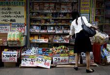 Les dépenses des ménages ont chuté de manière inattendue et l'inflation a calé en juin au Japon, renforçant la probabilité d'une contraction de l'économie de l'archipel sur la période avril-juin et fragilisant l'hypothèse de la Banque du Japon (BoJ) d'une reprise solide sur le trimestre en cours. /Photo prise le 29 juillet 2015/REUTERS/Yuya Shino