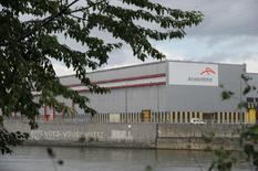 Завод ArcelorMittal в Льеже. 27 сентября 2012 года. Крупнейший в мире производитель стали ArcelorMittal сохранил прогноз прибыли на 2015 год, однако сократил прогноз глобального объема потребления стали в этом году на фоне падающего спроса на сталь во всех регионах, кроме Европы. REUTERS/Laurent Dubrule