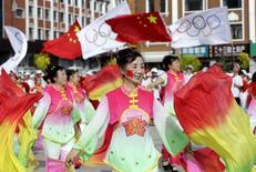 Moradores comemorando vitória de Pequim para sediar os Jogos de Inverno de 2022.  31/07/2015   REUTERS/Jason Lee