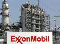 Exxon Mobil, première compagnie pétrolière cotée au monde, a annoncé une chute plus forte que prévu, de 52%, de son bénéfice au deuxième trimestre, l'effondrement des cours du pétrole ayant pesé sur ses résultats.  /Photo d'archives/REUTERS/Jessica Rinaldi
