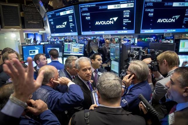 Traders gather for the IPO of Avolon Holdings Ltd. on the floor of the New York Stock Exchange December 12, 2014. REUTERS/Brendan McDermid