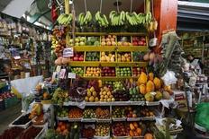 Imagen de archivo de una tienda que vende vegetales en el mercado de Suquillo en Lima, feb 25 2015. Perú habría registrado una inflación de un 0,41 por ciento en julio debido a un avance de los precios de los alimentos y del transporte interprovincial en medio de las festividades por la independencia del país, mostró el viernes un sondeo de Reuters. REUTERS/ Mariana Bazo
