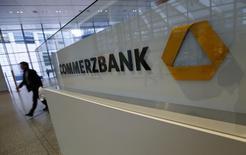 Commerzbank annonce avoir réalisé au deuxième trimestre un bénéfice net de 280 millions d'euros, plus que doublé par rapport à l'an dernier et supérieur aux attentes, grâce à la bonne santé de ses activités de banque de détail. /Photo d'archives/REUTERS/Ralph Orlowski