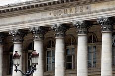 Les principales Bourses européennes ont ouvert en baisse lundi, affectées par l'annonce d'une forte contraction du secteur manufacturier chinois. Une vingtaine de minutes après le début des échanges, le CAC 40 cédait 0,10%, le Dax perdait 0,21% et le FTSE recule de 0,12%. /Photo d'archives/REUTERS/Charles Platiau