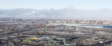 Вид на Норильск. 16 апреля 2010 года. Инфраструктурный холдинг Мостотрест заключил контракт на реконструкцию аэропортового комплекса города Норильск за 5,9 миллиарда рублей, говорится в сообщении компании. REUTERS/Ilya Naymushin