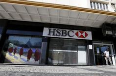 Una sucursal de HSBC en Río de Janeiro, 09 de junio de 2015. HSBC Holdings reportó un aumento de un 10 por ciento en sus ganancias del primer semestre del año, impulsadas por un salto de sus utilidades en Hong Kong, en momentos en que el prestamista considera si traslada su sede desde Londres al centro financiero de Asia. REUTERS/Sergio Moraes