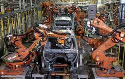 Brazos robóticos soldando un automóvil, en la planta de ensamblaje Warren Truck, en Warren, Michigan, 12 de septiembre de 2008. El ritmo del crecimiento del sector manufacturero de Estados Unidos se desaceleró en julio, un resultado decepcionante, de acuerdo con un reporte industrial divulgado el lunes. REUTERS/Rebecca Cook