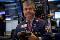 Operadores trabajando en la Bolsa de Nueva York, 27 de julio de 2015. Las acciones subían levemente el lunes en la apertura de la Bolsa de Nueva York, luego de que datos mostraran que el gasto del consumidor en Estados Unidos registró en junio su menor incremento en cuatro meses, reforzando las expectativas de que la Reserva Federal podría frenar una esperada alza en las tasas. REUTERS/Brendan McDermid
