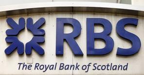 El logo del banco Royal Bank of Scotland en una sucursal de la compañía en Zúrich, mar 27 2015. Gran Bretaña vendió el lunes 2.000 millones de libras (3.100 millones de dólares) en acciones de Royal Bank of Scotland (RBS), con lo que inició la desinversión de su participación en el banco, siete años después de un rescate multimillonario en el peor momento de la crisis financiera REUTERS/Arnd Wiegmann