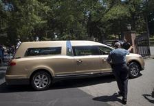 Carro fúnebre com o corpo de Bobbi Kristina Brown chega ao Cemitério Fairview, em Westfield, Nova Jersey, nos Estados Unidos, nesta segunda-feira. 03/08/2015 REUTERS/Mike Segar