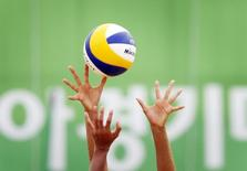 China's Wang Fan (rear) attempts to bloack a shot from Thailand's Usa Tenpaksee during the Women's Beach Volleyball Bronze Medal match at Songdo Global University during the 17th Asian Games in Incheon September 28, 2014.  REUTERS/Tim Wimborne