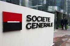 Société Générale, comme les autres valeurs bancaires dans le sillage de Crédit agricole, en fort recul d'environ 10%, est un des titres à suivre à la Bourse de Paris à la mi-séance. /Photo prise le 7 mai 2015/REUTERS/Charles Platiau