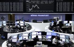 Les Bourses européennes sont orientées à la baisse mardi à la mi-journée, affectées par des résultats d'entreprises décevants et Wall Street est également attendue dans le rouge à l'ouverture. Vers 13h00, le CAC 40 cédait 0,71%. Le Dax reculait de 0,25% à Francfort et le FTSE baissait de 0,29% à Londres. /Photo prise le 4 août  2015/REUTERS
