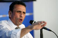 El líder opositor venezolano, Henrique Capriles, habla durante una conferencia de prensa en Caracas, 14 de julio de 2015. La inflación acumulada en Venezuela en los primeros siete meses del año se habría acercado al 90 por ciento y sería, de lejos, la mayor del continente, dijo el líder opositor Henrique Capriles ante la ausencia de cifras oficiales. REUTERS/Carlos Garcia Rawlins
