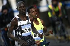 Men's champion Wilson Kipsang of Kenya leads elite's runners while they make their way across Manhattan during the New York City Marathon in New York, November 2, 2014. REUTERS/Eduardo Munoz