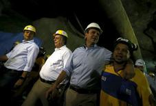 Prefeito do Rio de Janeiro abraça operário durante visita a obras da Transolímpica. 04/08/2015 REUTERS/Ricardo Moraes