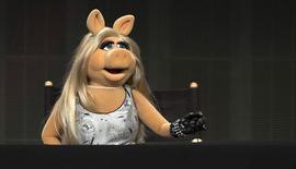 """Miss Piggy durante evento sobre a série """"The Muppets"""" em Beverly Hills.  4/8/2015. REUTERS/Mario Anzuoni"""