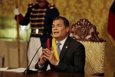 """El presidente ecuatoriano Rafael Correa, mientras se dirige a los medios para una transmisión televisiva a la nación desde el Palacio Carondelet, en Quito, 15 de junio de 2015. El presidente de Ecuador, Rafael Correa, dijo el martes que una venta anticipada de petróleo a Tailandia se negoció en condiciones financieras """"muy buenas"""" para el país sudamericano, que cuenta con la producción de crudo suficiente para concretar este tipo de operaciones. REUTERS/Javier Amores"""