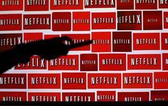 Netflix est l'une des valeurs à suivre à Wall Street, le titre du spécialiste de la vidéo à la demande gagnant encore 1,4% à 122,85 dollars en avant-Bourse, en route pour de nouveaux records après son pic à 122,79 dollars en séance mardi. /Photo d'archives/REUTERS/Mike Blake