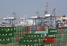 Le déficit commercial des Etats-Unis s'est creusé davantage que prévu en juin, l'accélération de la demande intérieure au deuxième trimestre et la fermeté du dollar ayant renforcé les importations, notamment alimentaires et automobiles. Selon les chiffres du département du Commerce, le déficit commercial a augmenté de 7,1% à 43,8 milliards de dollars (40,2 milliards d'euros) en juin. /Photo d'archives/REUTERS/Bob Riha, Jr.