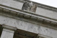 Una estatua de un águila sobre la fachada de la Reserva Federal de Estados Unidos, en Washington, 31 de julio de 2013. Tanto la Reserva Federal como el Banco de Inglaterra proclaman que están muy cerca de elevar las tasas de interés por primera vez en años. REUTERS/Jonathan Ernst