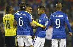 Neymar discute com colombianos em jogo na Copa América.  17/6/2015. REUTERS/Ricardo Moraes