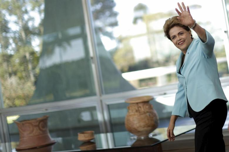 Brazil's President Dilma Rousseff waves during a meeting with governors at Alvorada Palace in Brasilia, July 30, 2015. REUTERS/Ueslei Marcelino