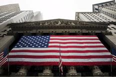 Wall Street a ouvert jeudi sans grand changement dans l'attente des chiffres de l'emploi que publiera vendredi le département du Travail, des données susceptibles de livrer des indices sur le moment que choisira la Réserve fédérale pour relever ses taux d'intérêt. L'indice Dow Jones gagne 0,06% à l'ouverture, le Standard & Poor's 500 progresse de 0,09% et le Nasdaq Composite prend 0,12%. /Photo prise le 8 juillet 2015/REUTERS/Lucas Jackson