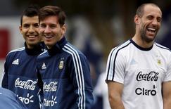 Sergio Aguero (esquerda), Lionel Messi e Pablo Zabaleta durante treino da seleção argentina.  22/06/2015    REUTERS/Marcos Brindicci