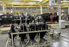 Una línea de producción en la planta de Nissan en Aguascalientes, México, 11 de noviembre de 2013. La producción de autos de México cayó un 2.0 por ciento interanual en julio mientras que las exportaciones disminuyeron un 2.3 por ciento, en su primera baja en lo que va del año, dijo el jueves la asociación de la industria, AMIA. REUTERS/Henry Romero