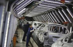 Trabajaradores brasileños pulen autos Ford en una línea de ensamblaje en la planta de la compañía en Sao Bernardo do Campo, cerca de Sao Paulo, 13 de agosto de 2013. La industria automotriz de Brasil probablemente se recupere a mediados del próximo año, dijo el jueves el presidente de la asociación de fabricantes de vehículos automotores, Anfavea, que resaltó  la profundidad de una crisis que ha golpeado las ganancias de las automotrices y provocado despidos masivos. REUTERS/Nacho Doce