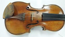 Les autorités américaines ont annoncé jeudi qu'un violon Stradivarius du XVIIIe siècle dérobé à son propriétaire défunt allait être restitué à ses héritiers. L'instrument, fabriqué en 1734 par le maître luthier Antonio Stradivari, appartenait au violoniste Roman Totenberg. Il lui avait été volé en 1980 après un concert donné à la Longy School of Music de Cambridge, dans le Massachusetts. /Photo fournie par le FBI/REUTERS