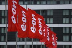 Le groupe allemand E.ON a annoncé jeudi la conclusion d'un accord sur la vente de ses centrales hydroélectriques en Italie à ERG Group pour un montant d'environ un milliard d'euros. /Photo prise le 7 mai 2015/REUTERS/Ina Fassbender