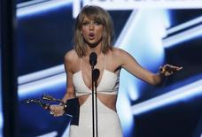 Taylor Swift accepts the award for top female artist at the 2015 Billboard Music Awards in Las Vegas, Nevada May 17, 2015.  REUTERS/Mario Anzuoni