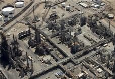 НПЗ в городе Карсон, штат Калифорния. 5 августа 2015 года. Рынок нефти готовится завершить спадом шестую неделю подряд, чего не происходило с начала года, из-за изобилия нефти на мировом рынке. REUTERS/Mike Blake