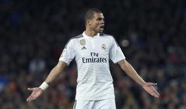 Zagueiro do Real Madrid Pepe durante partida contra o Barcelona, na Espanha.  22/03/2015        REUTERS/Albert Gea