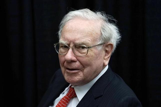 Berkshire Hathaway CEO Warren Buffett plays bridge during the Berkshire annual meeting weekend in Omaha, Nebraska May 3, 2015.  REUTERS/Rick Wilking