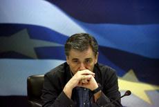 """Le ministre des Finances grec Euclid Tsakalotos. La Grèce espère pouvoir conclure les négociations d'un nouveau plan de renflouement financier avec ses créanciers d'ici mardi matin au plus tard. Les discussions se sont poursuivies tout le week-end, jusque dans la nuit de dimanche à lundi, entre Athènes et les représentants des """"institutions"""", dont la Commission européenne et la Banque centrale européenne. Les ministres grecs des Finances et de l'Economie y ont directement participé. /Photo prise le 6 juillet 2015/REUTERS/Yannis Behrakis"""