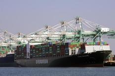 Грузовые суда в порту Лос-Анджелеса 18 февраля 2015 года. Котировки американских судоходных компаний в основном падают в этом году из-за снижения спроса на некоторые виды сырья и готовой продукции в Азии и избытка судов, но при этом рост котировок нефтеперевозчиков достигает 50 процентов. REUTERS/Bob Riha, Jr.