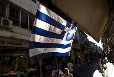 """Personas cerca de la plaza Monastiraki de Atenas. Las conversaciones entre Grecia y sus acreedores internacionales están logrando avances y es """"factible"""" un acuerdo este mes sobre un tercer rescate, dijo el lunes la portavoz de la Comisión Europea, Annika Breidthardt. REUTERS/Ronen Zvulun"""