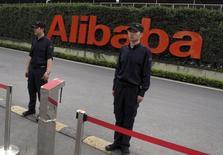 Le géant chinois du commerce en ligne Alibaba est l'une des valeurs à suivre sur les amrchés américains après l'annonce de son intention d'investir 28,3 milliards de yuans (4,6 milliards de dollars) dans le distributeur d'électronique grand public Suning Commerce Group, scellant ainsi une alliance capitalistique avec l'une des principales enseignes de distribution chinoises. /Photo d'archives//REUTERS/John Ruwitch