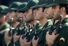 Члены Корпуса стражей исламской революции на параде в Тегеране 21 сентября 2008 года. Десятки компаний, связанных с иранским элитным Корпусом стражей исламской революции - военным формированием, управляющим мощной индустриальной империей - ждет облегчение санкций в рамках ядерной сделки, согласованной с мировыми державами. REUTERS/Morteza Nikoubazl