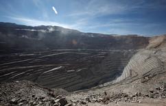 Imagen de archivo de la mina de cobre Chuquicamata operando cerca de Calama, Chile, abr 1 2011. La estatal chilena Codelco, mayor productora mundial de cobre, dijo el lunes que retomó las operaciones de su mina Chuquicamata luego de suspenderlas preventivamente unas horas en la víspera debido a las fuertes lluvias que afectaron el norte del país.  REUTERS/Ivan Alvarado